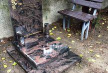 Urny / Urnové pomníky/hroby, ktoré sú vyrábané z kvalitného prírodného kameňa - žula, mramor.