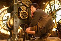 HUGO / Paris tren istasyonunun duvarları arasında yaşayan ve saatlerden sorumlu olan kimsesiz bir çocuğun macera dolu hikayesi.  http://www.tv2.com.tr/filmler/hugo