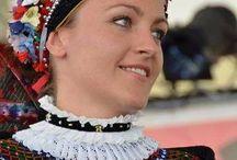 Népviselet /  A sárközi népviselet a magyar népviseletek között megkülönböztetett figyelmet érdemel. A férfi és női viselet alakulása között nagy különbség van:  A magyar népviseletek közül ez a legrégibb formájú, legdíszesebb és a legdrágább anyagokból készült. Az alakításban és szépítésben mindig a sárközi nők vezettek: míg más magyar népcsoportoknál például egy bizonyos hímzésmód vált uralkodóvá, a Sárköz néprajzi kistájon minden stílus, technika és ornamentika megtalálható.