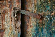scrostato / Il fascino delle case abbandonate, dei muri scrostati e degli oggetti arrugginiti.