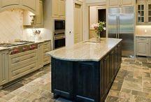 20 idées de design de cuisine avec des sols en pierre