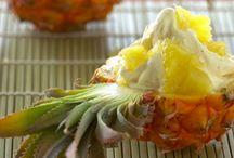 Ananas / stor frugt med en ujævn, gulbrun skræl der ender i en bladdusk foroven, og gult, velsmagende og saftigt frugtkød