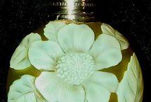 a- parfum cameo o.a.Thomas Webb&Sons 1837+musical instruments / Cameoglas =gevat glas van twee of meer lagen in contrasterende kleuren. De buitenste lagen zijn geslepen, gesneden of gegraveerd om een ontwerp te produceren dat afsteekt tegen de achtergrond.