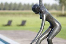 Patricia Peeters: Beelden Brons / Een ruime collectie bronzen beelden van de Vlaamse kunstenares Patricia Peeters die zowel binnen als buiten kunnen geplaatst worden. De sculpturen zijn telkens gelimiteerde oplages, getekend en genummerd en zorgen gegarandeerd voor een kunstzinnige blikvanger in uw interieur of tuin.