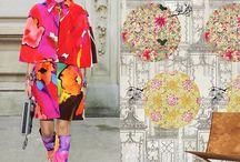 Boulevard Chanel / Una protesta feminista sobre el Boulevard Chanel, dejó ver docenas de trajes llenos de energía y color, su clásico tweed Chanel en vibrantes combinaciones de fucsia, amarillo y violeta, junto a la mezcla de texturas y estampados que nos recuerdan a nuestras casas Designers Guild y Tres Tintas BCN #TendenciasBlank