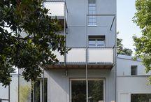 BEMaa Casa D.M.Z. / Casa D.M.Z. è una residenza unifamilare progettata e costruita a Milano ristrutturando profondamente un edificio preesistente. Con questo progetto si interviene su quanto rimane di una delle due case progettate da Roberto Menghi e Marco Zanuso per il Villaggio dei Reduci, in conseguenza del concorso bandito dall'VIII Triennale.