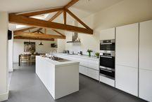 Keukens || Wit / Speciaal voor de liefhebber; de witte keuken. Een witte keuken zorgt voor een gevoel van rust en brengt een moderne sfeer met zich mee. Daarnaast oogt het als een keuken met meer ruimte en overzicht. De kleur wit kan altijd en een persoonlijk tintje kan worden aangebracht met behulp van decoraties in een kleur naar keuze. Wij inspireren je graag met ideeën voor jouw eigen witte keuken.