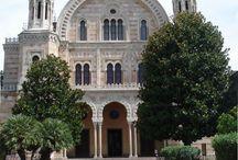 Синагога и музей древнееврейской культуры и искусства. Флоренция. / Центр еврейской общины во Флоренции это внушительная мавританском византийская синагога, построенная в 1882 году в целях создания нео-византийского здания. Архитекторы сделали её так, что она выглядит скорее как церковь, в комплекте с куполом , апсидой, амвоном, и органом. Еврейская культура была адаптирована к итальянской среде с 1-го века до нашей эры когда еврейские рабы были впервые привезены в Рим.