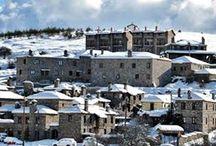 Kaimaktsalan,Greece / Χριστούγεννα στον Άγιο Αθανάσιο, στο πιο γνωστό προάστιο του Καϊμακτσαλάν. Ένας από τους πιο δημοφιλείς προορισμούς για Χριστούγεννα στην Ελλάδα. Σε αυτό το πετρόχτιστο παραδοσιακό χωριό, που δεν έχει τίποτα να ζηλέψει από τους γνωστούς προορισμούς για σκι του εξωτερικού, θα γνωρίσετε τα έθιμα της Μακεδονίας και θα ζήσετε μια αξέχαστη εμπειρία στο χιονοδρομικό κέντρο του Καϊμακτσαλάν.Νυχτερινό σκι με πυροτεχνήματα και φωτιές!!Για τις φθηνότερες κρατήσεις, πατήστε εδώ: https://e-globaltravel.com