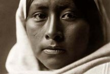 Papagos People / Les Tohono O'odham (Papagos) constituent une tribu amérindienne du sud-Ouest des États-Unis. Les conquistadores les ont d'abord appelés Papago. Ils résidaient alors dans le désert de Sonora. D'ailleurs, leur nom signifie « peuple du désert ». Wikipedia