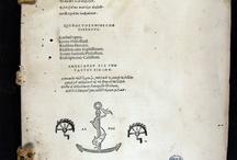 Tade enestin en toide toi biblioi : Loukianou, Philostratou Eikones, Tou autou Heroika, Tou autou Bioi sophiston, Philostratou neoterou Eikones, Kallistratou Ekphraseis / Publicada a la impremta veneciana d'Aldo Manuzio el 1503, inclou un conjunt d'obres de diferents autors grecs en llengua original: Llucià de Samòsata, Flavi Filostrat, Cal•lístrat, i Filòstrat de Lemnos. A la portada i al colofó de l'obra hi ha la marca característica d'Aldo Manuzio: una àncora i un dofí. Trobem tres únics exemplars documentats a l'Estat espanyol, un dels quals és aquest nostre que prové del convent de Santa Caterina de Barcelona.