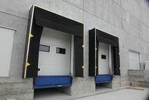 Baie di carico / Iridium Doors progetta e realizza punti di carico e scarico completi; essi rappresentano lo strumento ideale nelle operazioni di movimentazione dei carichi dal capannone all'automezzo e viceversa.