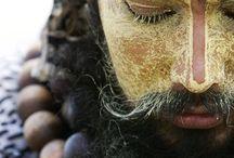 SADHU / A sadhu is someone who surrendered all material possessions in pursuit of spirituality through meditation, the study of sacred texts, mortification and pilgrimage.   Sadhu to ktoś, kto wyrzekł się wszystkich rzeczy materialnych w poszukiwaniu duchowości, poprzez medytację, studiowanie świętych tekstów, umartwienia i pielgrzymki.