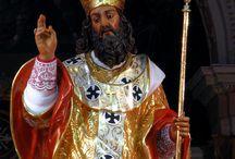 Malta Siggiewi / Malta is een zeer katholiek land. Het dorp Siggiewi is St. Nicolaas de partoonheilige van de plaatselijke kerk. Het feest St. Nicholas wordt altijd in juni gevierd. Heel het dorp is versierd. Dit geldt met name voor de straten waardoor de processie zal voeren. De kerk is prachtig versierd met verlichting. Het gehele festa wordt gespreid over een week. Op de laatste avond wordt het feest afgerond met een processie: St. Nicholas wordt dan door het dorp gedragen.