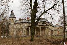 Oporowo - Pałac / Pałac w Oporowie został zbudowany w 1855 roku przez Mieczysława Kwileckiego herbu Szreniawa. W latach1877-78 założenie zostało gruntownie przebudowane według projektu prof. Zygmunta Gorgolewskiego. Po drugiej wojnie w pałacu znajdowały się biura PGR, szkoła i kaplica. Po pożarze, kilka lat temu został zabezpieczony i chroniony. Obecnie jest własnością ANR i czeka na kupca.