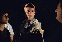 Jaromír Nosek / Český herec, který se narodil v roce 1978. Jeho divadelní kariéra začala už v dobách studia na gymnáziu v Semilech, po jeho absolvování vystudoval brněnskou JAMU. Tam se poprvé ocitl před televizní kamerou v miniroli kuchaře v televizní pohádce O bojácném Floriánovi, zároveň hostoval v Národním divadle v Brně.