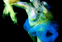 Body paint underwater / Body painter.