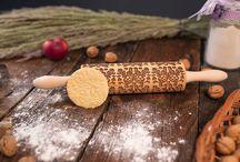 Kuchynské valce / Originálne gravírované valčeky dodajú Vášmu pečivu jedinečný charakter. Na Slovensku vyrobené valčeky sú z dubového dreva najvyššej kvality, aby svojim majiteľom slúžili dlhé roky. Pomocou nich môžete vytvoriť unikátne sušienky, čokoládovú polevu či dokonca nenapodobiteľné dekorácie keramiky