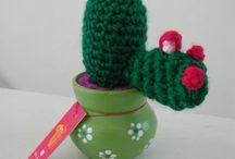 Cactus tejidos / Cactus tejidos al crochet, con su macetita pintada a mano°!
