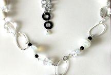 Collana elegante, lunga con cristalli, moduli di perle di vario genere