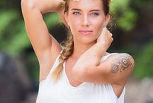 Girls and Pineapples / Un shooting réalisée par Fanny Tiara Photographie en collaboration avec l'agence M&Vous et Jordane Lou. Des copines, des ananas, une décoration bohème sur la plage de boucan canot, située sur l'île de la Réunion.