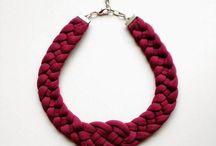 collar en trapito rojo con nudo