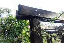 Tuin ideen / Donkere pergola met natuursteen achterwand