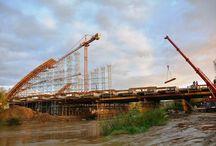 Most na rzece Stradomce k. Bochni / Do końca br. w miejscowości Stradomka k. Bochni powstanie nowa przeprawa przez rzekę o tej samej nazwie. Będzie to jednoprzęsłowy żelbetowy most łukowy o szerokości 13,2 m i długości całkowitej 82 m. Ustrój w przekroju poprzecznym posiada dwa dźwigary łukowe, do których podwieszany jest pomost za pomocą stalowych cięgien.