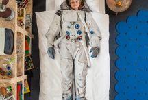 KIDS BEDDING / Wollten Sie nicht auch schon immer mal Astronaut, Ballerina oder Feuerwehrmann sein oder wie Mogli mit einer Affenbande Spaß haben? Erfüllen Sie ihren Kleinen doch diesen Wunsch - wenigstens mit der richtigen Bettwäsche.
