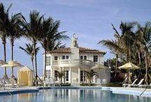 Mar-a-Lago.Donald Trump / Бассейн в роскошном поместье на побережье залива Флорида.Mar-a-Lago является одним из немногих домов из коллекции Дональда Трампа, в котором он действительно проводит много времени.