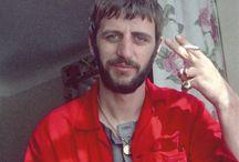 Ringo Starr / De son vrai nom Richard Starkey Deux mariages et un divorce: Maureen Cox (de 1965 à1975) Barbara Bach (depuis 1981) Trois enfants : Zack, Lee et Jason  (avec Maureen)