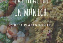 München Restaurants / Wo kann man in München schön essen gehen? Wo gibt es besondere Restaurants? Wir haben für euch jede Menge Restaurant Empfehlungen. Vom bayrischen Wirtshaus bis zum veganen Restaurant, findest du hier alles!