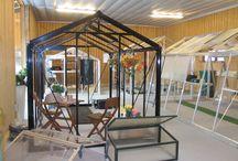 Showroom Hazenbergtuinkassen / Een grote showroom, zowel buiten als binnen, zodat u de de mogelijkheid heeft om verschillende kwaliteit kassen te bekijken. Ook zijn er verschillende accessoires, zoals bv kachels, zaaibakjes, kweektafels, oppottafels, bevestiginsmiddelen en veel meer.