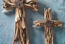 Ω Croix / la représentation des croix avec ou sans christ dans le style boheme et baroque à la fois, esprit roulotte