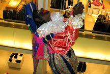 Zwarte Piet in de Bijenkorf in Amsterdam, niet meer van deze tijd!