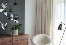 Alfombras / Las alfombras son excelentes aliadas a la hora de decorar un lugar de la casa, además de proporcionar calidez, vida y delimitar los espacios. Para elegirla debes lograr una sintonía con el mobiliario, cortinas, etc. de manera que no se vea sobrecargado. Si tienes tapices o cortinas con estampados o diseños, es mejor escoger una alfombra lisa. Por el contrario si es que la mayoría de los tejidos son lisos, puedes escoger una alfombra con diseño de formas geométricas, flores, etc.