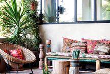 Style mexicain / Nous avons tous dans la tête ces dessins d'oiseaux multicolores s'envolant, ces couleurs qui s'associent magnifiquement bien entre elles. Et également les cactus, force de ce pays qui font rêver plus d'un : le style mexicain. Il puise ses origines dans le monde des aztèques et des mayas. Aujourd'hui revu et revisité par différentes marques de la décoration et de l'habitat. https://petale-de-carreaux.fr/inspirations-mexicaines