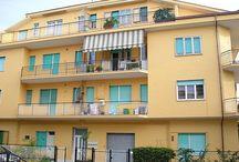 PINETO CENTRO - Piccola palazzina / Appartamento in piccola palazzina al centro di Pineto, senza condominio, esternamente in buono stato di manutenzione, composto da soggiorno, cucina abitabile con retrocucina, 2 camere matrimoniali e cameretta, bagno, ripostigli  e balconi