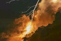 obloha s blesky