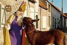 Ezel / De ezel van Sinterklaas: De ezel is een lastdier van de armen, de kleine boeren. Een ezel draagt dus de lasten van de armen. De heilige Nicolaas kwam op voor de arme mensen van zijn streek, hij droeg dus, zoals een ezel, de lasten van de armen en nu draagt de ezel de pakjes voor de kinderen.