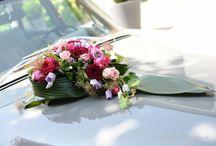Blumendekoration für das Hochzeitsauto