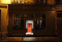 Little Red Door / L'offre du Little red Door a couvert l'ensemble de l'établissement, décoration, meubles professionnels inox et équipement frigorifiques, lave verre, etc. Ici l'ensemble de la décoration a été conçu dont l'élément le plus marquant reste la petite porte rouge dans le sas d'entrée.