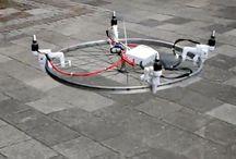 Drones / quadrocopters / Drones zijn onbemande vliegtuigen, die je op afstand kan besturen. We pinnen hier vooral over hobbydrones, dus niet het soort dat door het leger wordt gebruikt. Drones hebben vaak vier propellers (quadrocopters) of meer (multicopters). Onder de meeste modellen kan je een camera hangen, waardoor je de gaafste luchtbeelden kan schieten. Je kan er ook parcours of wedstrijden mee vliegen.