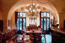 City Guide Saint-Rémy-de-Provence / Saint-Rémy nous plaît pour son atmosphère de village créatif. Nous avons parcouru ses places et ruelles pour glâner des bonnes idées et de belles adresses made in glanum.