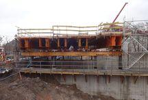 Forum Gdańsk / W centrum Gdańska powstaje wielofunkcyjny kompleks urbanistyczny. Inwestorem jest firma Multi Development a generalnym wykonawcą Warbud. Od sierpnia br. prowadzone są prace inżynieryjne w zakresie wykonania tunelu kolejowego o szerokości 26 m i długości ponad 300 m. Żelbetowy strop tunelu jest wykonywany nad czynnymi liniami kolejowymi PKP i SKM. Zakończenie budowy tunelu przewidziane jest na połowę przyszłego roku. Firma ULMA jest kompleksowym dostawcą deskowań na tę budowę.