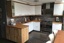 Ikea keuken / Ikea keuken met witte fronten, eiken & rvs panelen/plinten Aanrechtblad rustiek eiken geolied / eigen ontwerp & productie.