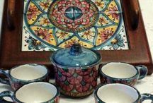 Servizio caffè xr 4,in ceramica policroma con vassoio in legno ,su misshobby.com