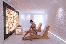 Linea Benessere: Salines / La seduta relax è realizzata in legno di multistrato di betulla in color ciliegio. Le colorazioni del legno rispettano l'ambiente e il suo naturale equilibrio. E' un prodotto indicato per le sale piscina, le saune e le stanze del sale; è ultra-resistente all'umidità ed alle alte temperature.