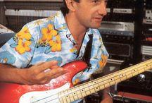 John Deacon met zijn Fender Precision Elite uit 1983