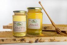 Akácméz / Magyarország egyik legkedveltebb méze az akácméz. Népszerűségét annak köszönheti az akácméz, hogy nagyon lassan (több év elteltével) kristályosodik ki. Hungarikum!